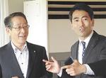 小野澤豊町長(左)と吉田雄人市長(右)
