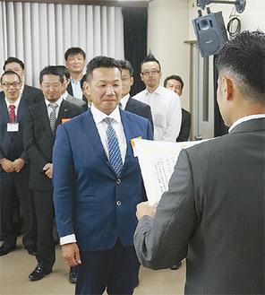 表彰される茅さん(中央)