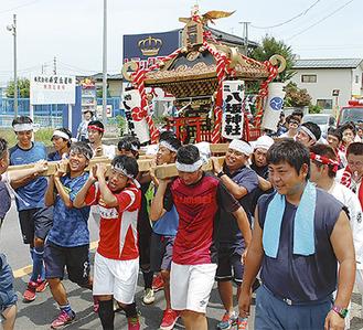 地域の神輿を担ぐ生徒たち