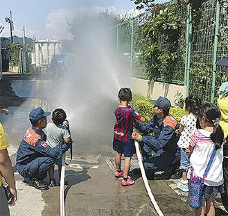 子どもたちが放水体験