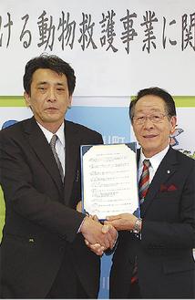 協定書を交わす竹之内会長(左)と小野澤豊町長