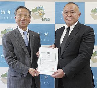新採用された松田さん(右)と大矢明夫村長