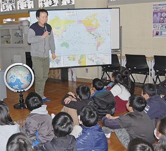 児童たちに冒険について語る荻田さん