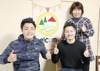 清川の「結の樹よってけし」に立ち寄った渡辺亮介さん(前列右)と金崎万平さん(左)