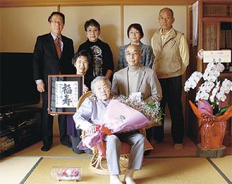 沼田さん(中央)とご家族、小野澤町長(左)
