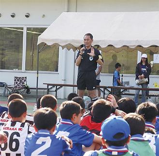 子どもたちに講演する岡田正義さん