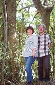 プロジェクトを進める岩澤克美さん(左)と岩澤栄一さん。後ろの2本の巨木には、プロジェクトのシンボルとなるツリーハウスが建設される予定だ