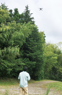 藪の上空へ舞い上がるドローン