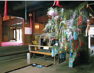 趣ある古民家の室内を彩る笹飾り