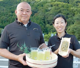 お茶のパスタを手にする稲葉さん(右)と清川の水出し冷茶を手にする松田さん(左)