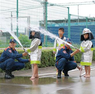 消防服で放水も体験