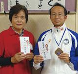 奨励金を手にする水田さん(右)と林さん(左)