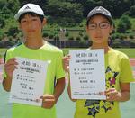 賞状を手にする鈴木君(左)と菊地原さん(右)