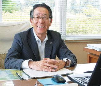 インタビューに応える小野澤町長
