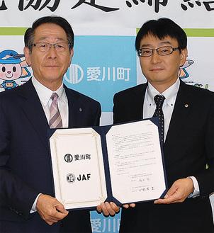 協定書を手にする小野澤町長(左)と鴇田事務所長(右)