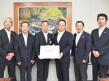 清川村役場での要望書提出の様子。大貫委員長(右から3人目)が岸副村長(左から3人目)に手渡した