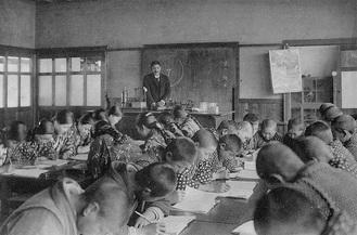 展示作品の一例「半原小学校 授業風景(昭和2年の卒業アルバムより)」所蔵:成瀬和治氏