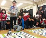 大人から子どもまでロボットの動きに注目