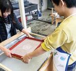 和紙作りに挑戦する児童(右)。材料の配合や漉き方を工夫することで、簡単に綺麗な紙ができるようになった