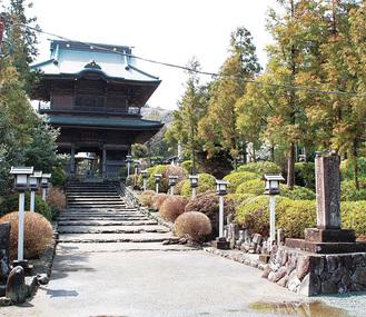 田代半僧坊の名で親しまれる愛川町の勝楽寺。巨大な山門は県央随一として知られる
