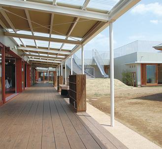 木の温もりと自然の息吹が調和した園舎は、様々な角度から切り取ってもアート性を感じる優れたデザイン