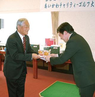 町社協の萩原庸元会長に寄付を手渡す愛川ライオンズクラブの熊坂崇徳会長(右)