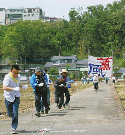 坂本地区で大凧舞う