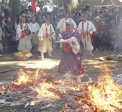 息をのむ伝統の火渡り