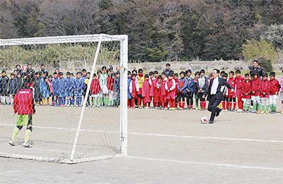 少年たちがサッカーで交流