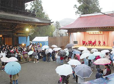 雨でも盛況に「美女祭り」