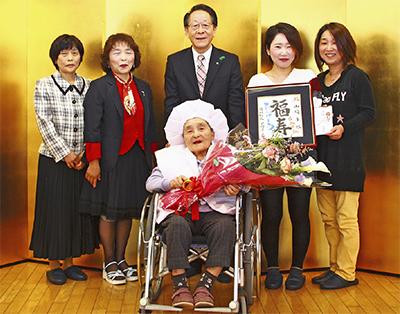 町長が百歳を祝福