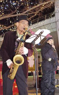 横須賀高校出身の秦野さん(=写真左)。青春時代を過ごした地はまさにホームグランド。湘南近辺の路上にも立ったが「ヨコスカは文化を受け入れる心が一番寛大」と話す。金曜夜は相棒の女性シンガーK帽(=写真右)とともに