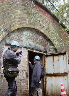 三軒家砲台弾薬庫の入口。重々しい鉄の扉と、レンガ造りが時代を感じさせる