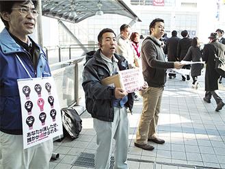 東北関東大震災から3日たった14日早朝の京急横須賀中央駅前Yデッキ。「被災地支援に役立てば」と募金に協力する人が絶えなかった