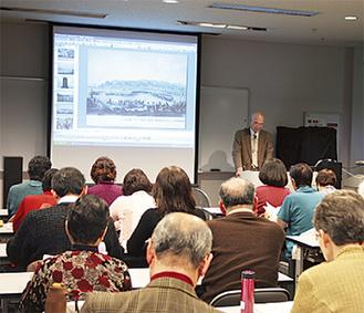 10日に行われた『組曲「横須賀」めぐり』の講座。團氏と横須賀のつながりや、詩に込められた思いなど、興味深く聞き入る参加者
