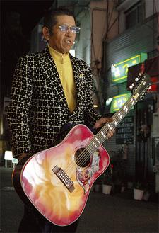 老人ホームでボランティア演奏も。「ギターと歌だけで元気を与えられる」
