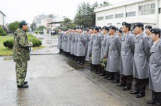 雨の中、研修を受ける高等工科学校の生徒達