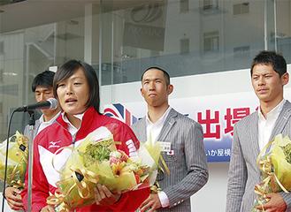 マイクに向かう須長選手。左奥から高橋賢次選手、牧野幸雄選手、富澤慎選手