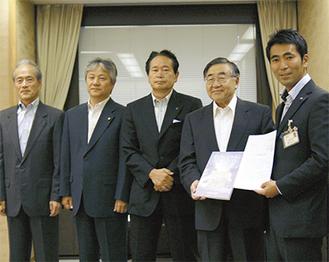 報告書と要望書を市長に提出した商工会議所内のプロジェクトメンバー
