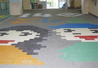 床のブロックが記念のアートに