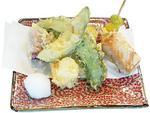 秋鮭や金時芋に加えてアボカドやイチジク、カマンベールチーズなど変り種が楽しい「秋風天ぷら」