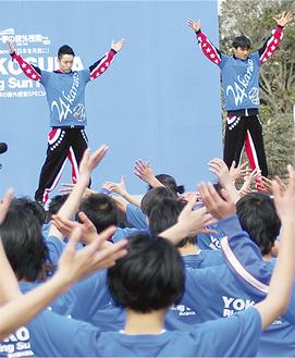 「ダンスで日本を元気に」と呼び掛けたTETSUYAさん(左)