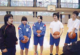 バスケ部で指導する鈴木さん(写真=左/今月14日、鷹取中体育館で)
