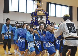 子ども神輿の重さに生徒たちは大苦戦