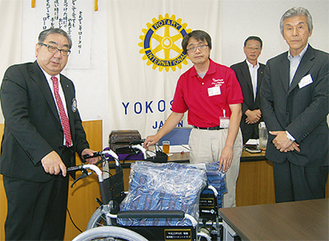 飯塚会長(左)から手渡し