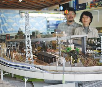 横須賀・三浦地区で唯一、Nゲージの時間貸しを行う同店。「手ぶらでお気軽にお越しください」と野中さん夫婦(写真後ろ)
