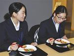 【議員の食堂はちょっぴりリッチ?】国会議事堂の隣にある衆議院の第一議員会館の食堂では、寿司やうな重など、少々リッチなメニューが多数揃っています。中には1皿300円のミニ麻婆豆腐丼、600円の日替わり定食など、リーズナブルなメニューもあります。注文はセルフ式ではなく給仕式。国会の見学ツアーでこの食堂を利用する一般客も多いそうです。