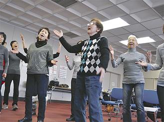 西コミュニティセンターで月2回行われる練習風景。手拍子やステップなど体を自由に動かしながら歌を楽しむメンバーたち