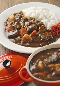 (株)トライアングルが缶詰として販売している「海自カレー」※調理イメージ
