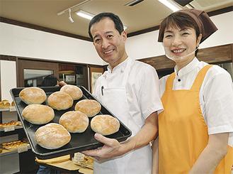 創業当時の大きさを再現した「100年フランス」と3代目店主濱田二郎さんと妻・恵里さん